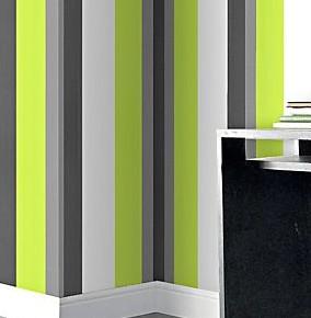 Een hogere of bredere kamer met gestreept behang